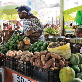 CC_BYSA_Praia_market_potatoes_manioc_Wikipedia